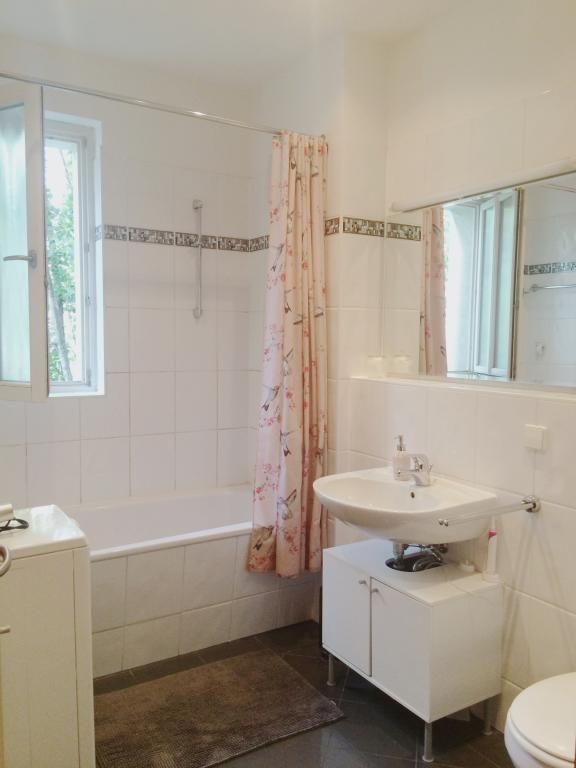 badezimmer einfach einrichten dunkle bodenfliesen sowie helle wandfliesen mit borte sch ne. Black Bedroom Furniture Sets. Home Design Ideas