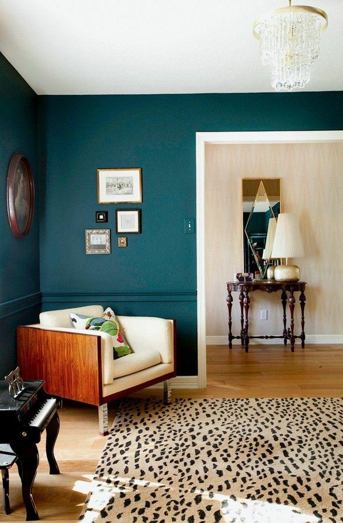 Wandfarbe Petrol Wohnzimmer Ausgefallenrr Teppich Retro Sessel