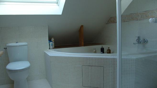 baignoire sous pente recherche google koupelna. Black Bedroom Furniture Sets. Home Design Ideas