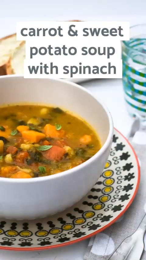 Eine einfache Wurzelgemüse-Spinat-Suppe mit Süße aus Karotten und Süßkartof…
