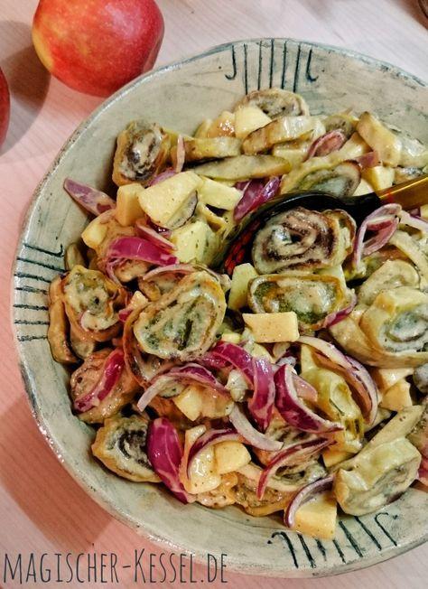 warmer maultaschensalat mit zwiebeln Äpfeln und curry