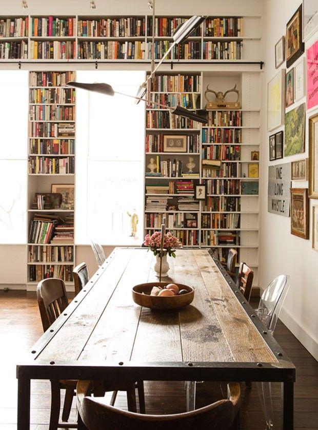 Livros e arte sobem paredes de loft que já pertenceu à YMCA