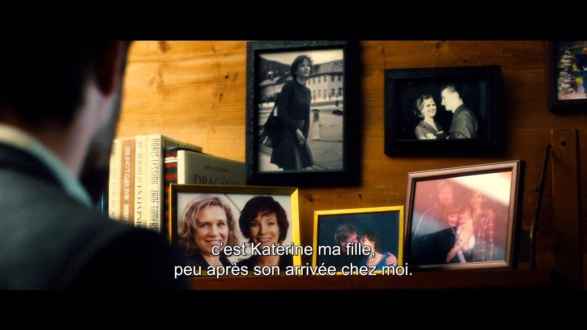 """D'UNE VIE A L'AUTRE de Georges Maas / Katrine vit avec sa famille en Norvège lorsque tombe le mur de Berlin. Fruit des amours d'une Norvégienne avec un soldat allemand pendant la 2nde Guerre mondiale, elle a fuit la RDA 20 ans auparavant. Telle est officiellement son histoire, mais tout se fissure car sa vie ne se résume pas au destin de ces """"enfants de la honte"""" du Lebensborn, rejetés par l'État norvégien..."""