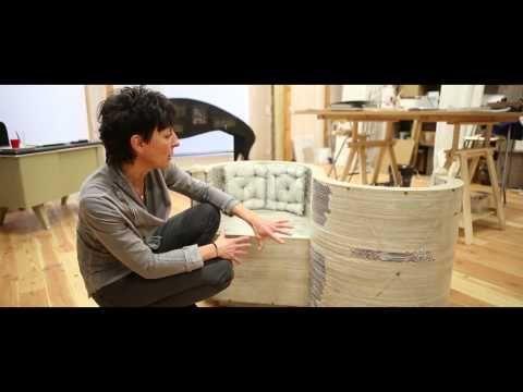 portrait de l'artiste, au travers de ses oeuvres: des meubles en carton...