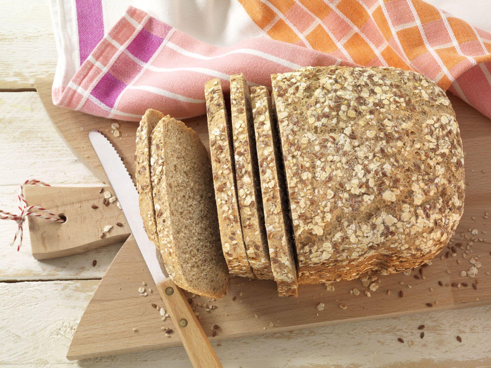 Buttermilch, Roggenmehl, Dinkelvollkornmehl, Leinsamen, Haferflocken...ach, wie auch immer. Wir fassen uns kurz: Es steckt so viel Gutes in unserem Mühlenbrot! #Rezept #Brotbackautomat