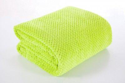 Zelená deka Ricky je dostupná v troch rozmeroch: 70x140, 170x210 alebo 220x240 cm.