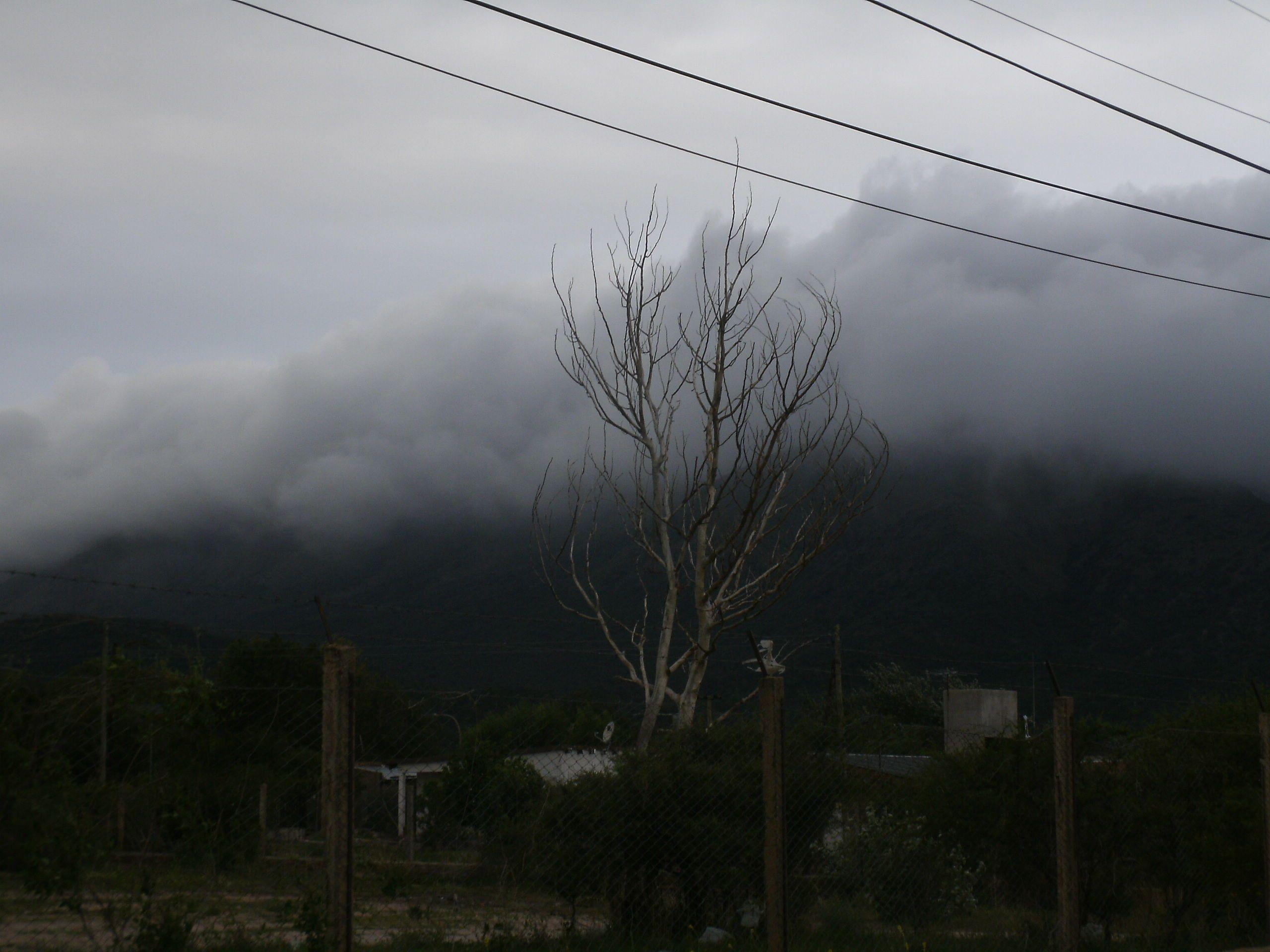 El cerro Uritorco tapado de nubes