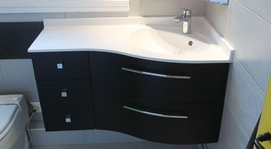 Un meuble d\u0027angle de salle de bain, avec façade et côtés satinés