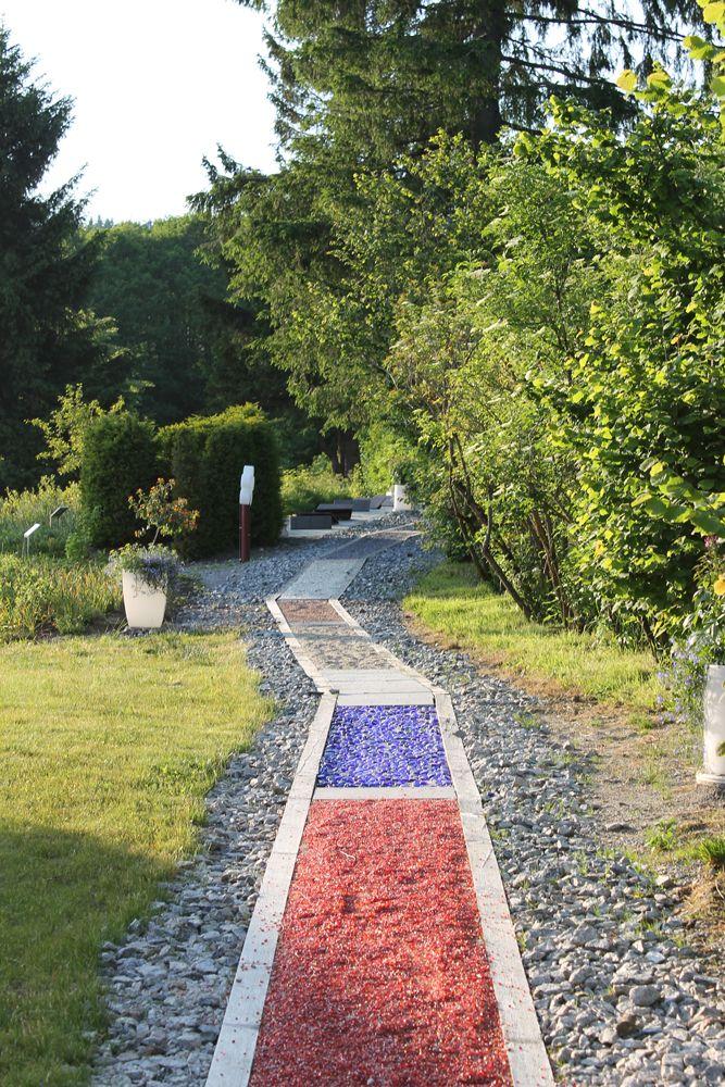 Ein Spaziergang Auf Dem Barfussweg Stimuliert Alle Sinne Erfrischendsinnlich Barfusspfad Garten Garten Ideen