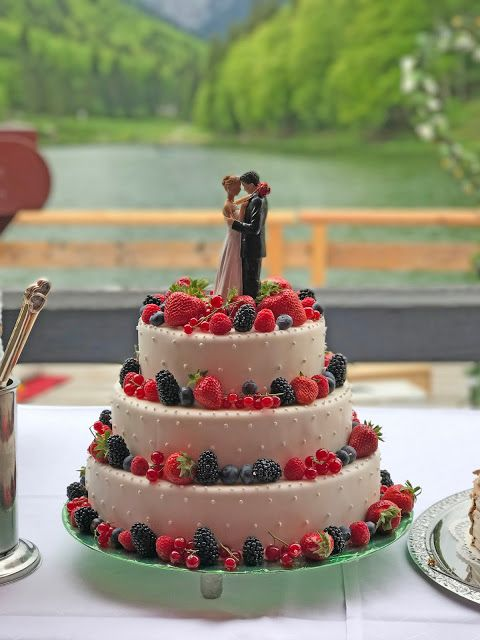 Hochzeitstorte Mit Beeren Rot Liebe Blau Treue Weiss Unschuld