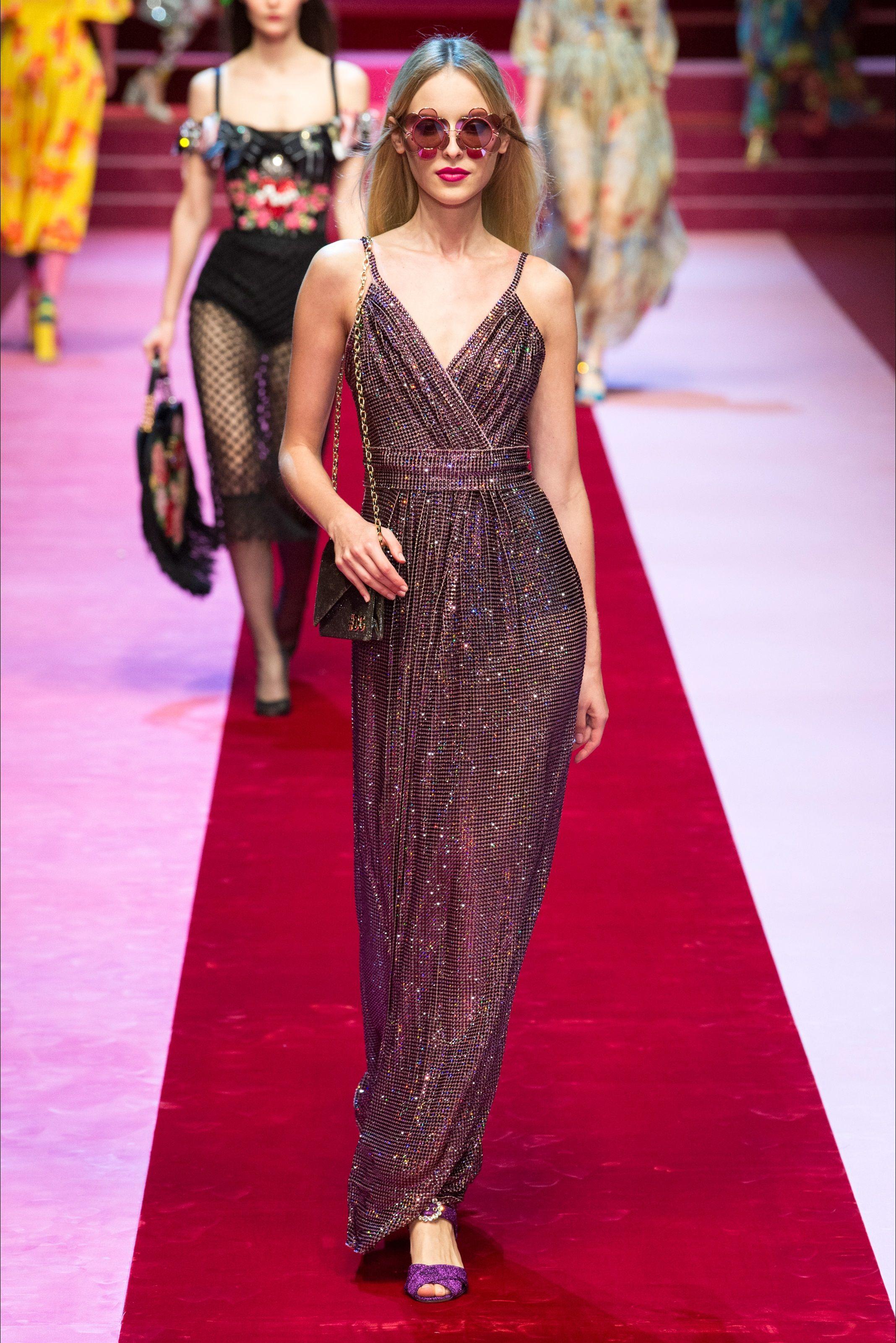Guarda la sfilata di moda Dolce   Gabbana a Milano e scopri la collezione  di abiti e accessori per la stagione Collezioni Primavera Estate 2018. 70f298c7d90