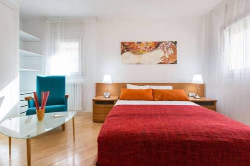 Vila Olimpica Apartment Barcelona Situated 500 metres from Port Olympic in Barcelona, this apartment features free WiFi and a terrace. The apartment is 1.4 km from Picasso Museum.  The kitchen features a dishwasher and there is a private bathroom with free toiletries and a hairdryer.