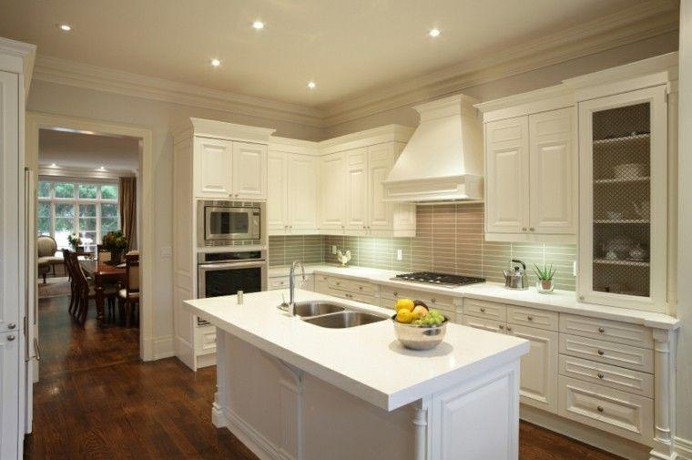 Cocina Con Isla Blanca Pequena Y Muebles De Madera