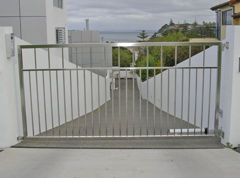 Silver Metal With Images Metal Driveway Gates Modern Driveway