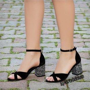 Kisa Topuklu Sandalet Simli Yapisi Ile Sik Ve Trend Kombinle Yaratmaniza Imkan Sagliyor Siyah Topuklu Sandalet Simli Top Sandalet Topuklular Topuklu Sandalet