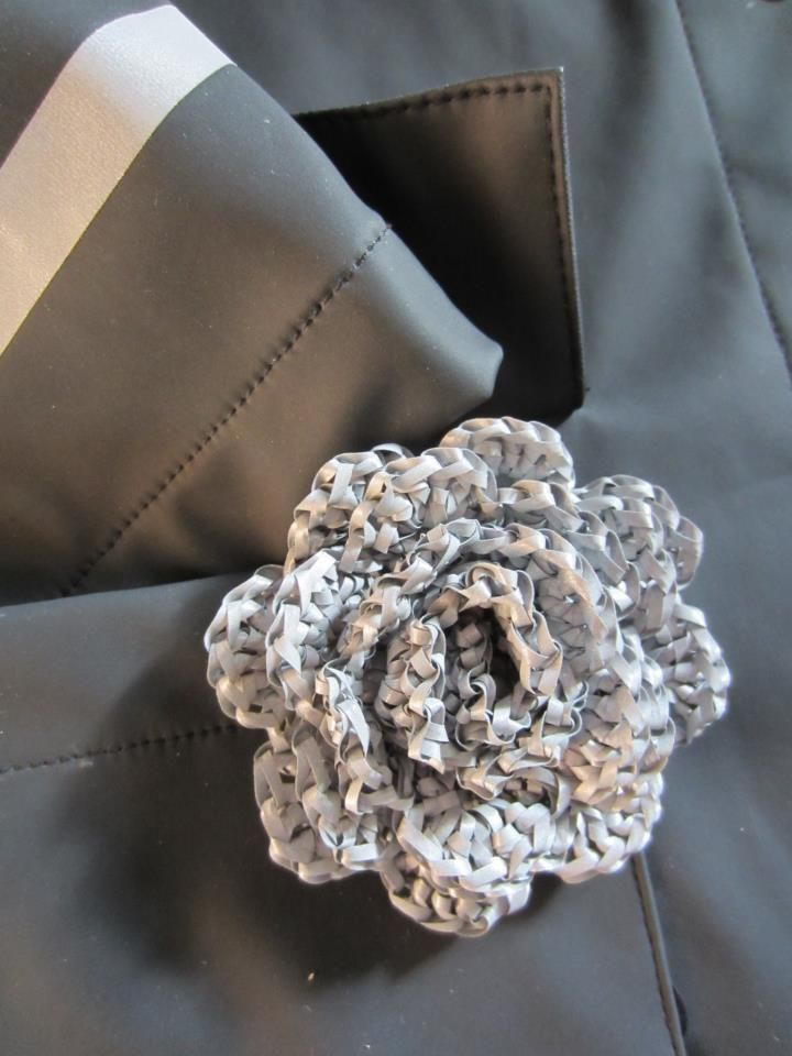 Tee-se-itse-naisen sisustusblogi: Crocheted Rose Out Of Reflective Yarn