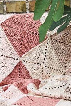 Hæklet tæppe i rosa og creme | Femina