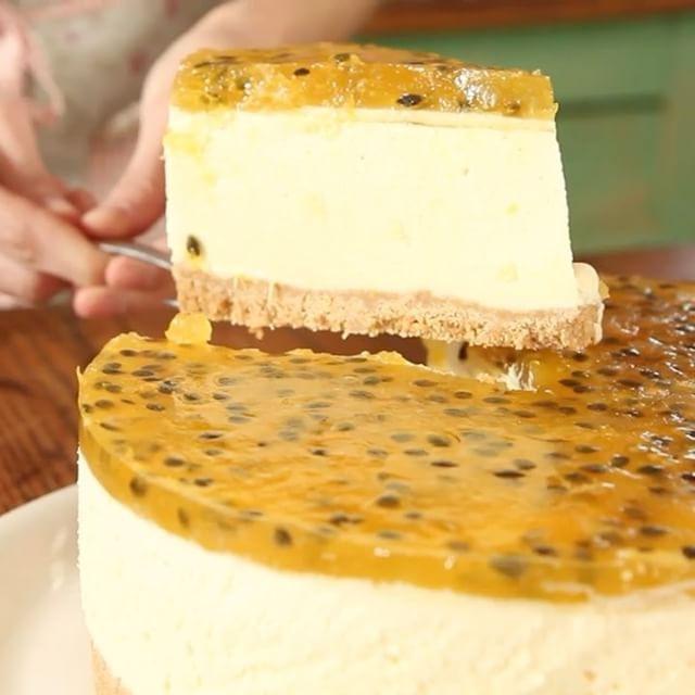 Hoy @lucilaviggiano nos enseña a hacer una #Cheesecake #Maracuyá: ¡no vas a poder resistirte a esta combinación de #sabores! ⠀ ⠀ 👉Receta Completa en: www.youtube.com/tastemadees⠀