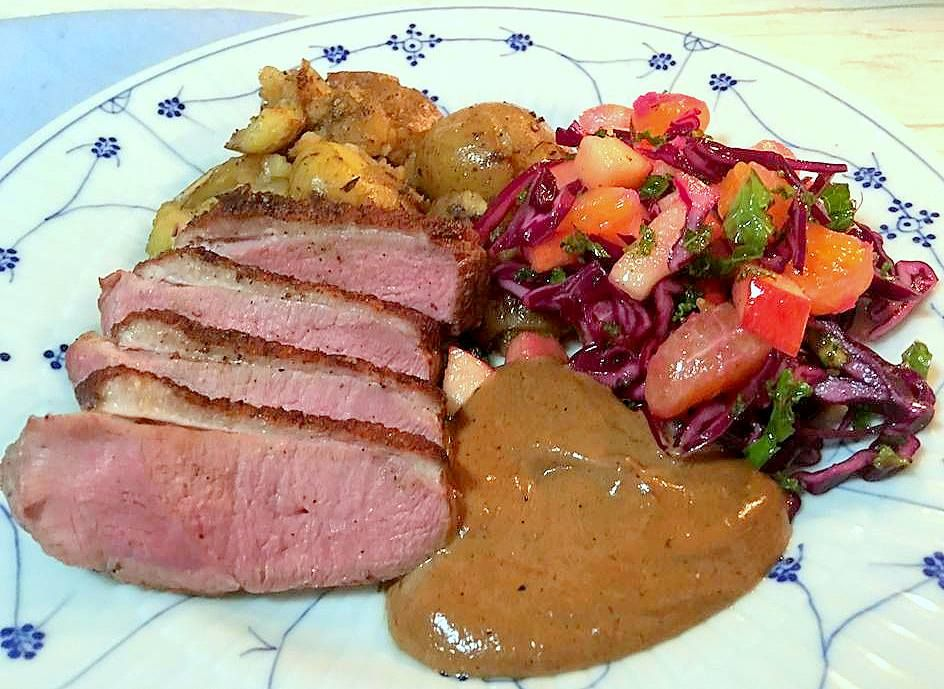 Rosastegt andebryst med salvie-kartofler, blåskimmel/appelsin-sovs og rød/grøn-kålsalat | And | Persilles blog