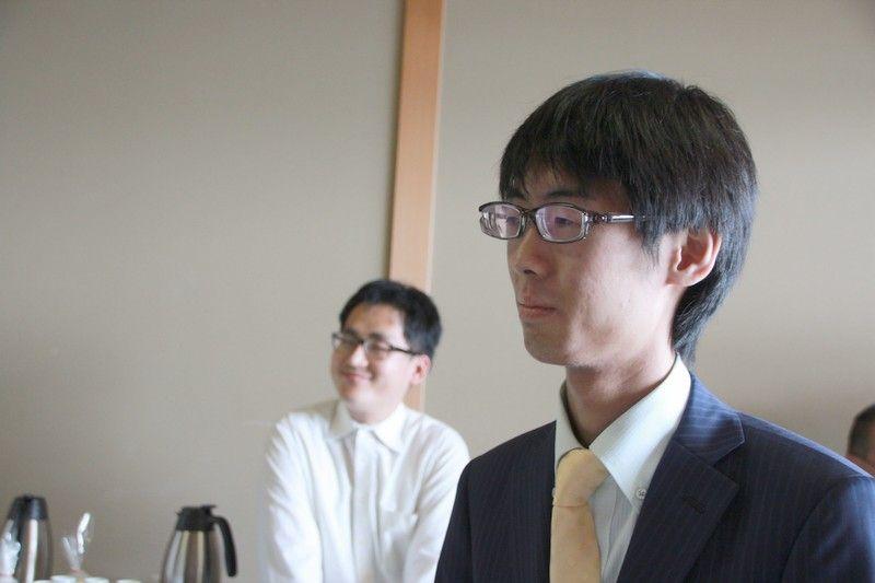 千田四段、香川女流王将が控室へ