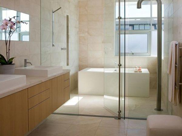Badezimmer dekorieren ~ Badezimmer deko blumen weiße badewanne gläserne wand zwei