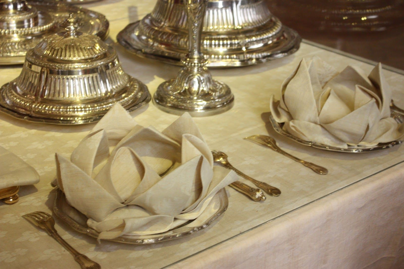 fancy napkin folding with ring - Google Search & fancy napkin folding with ring - Google Search | Napkin folding ...