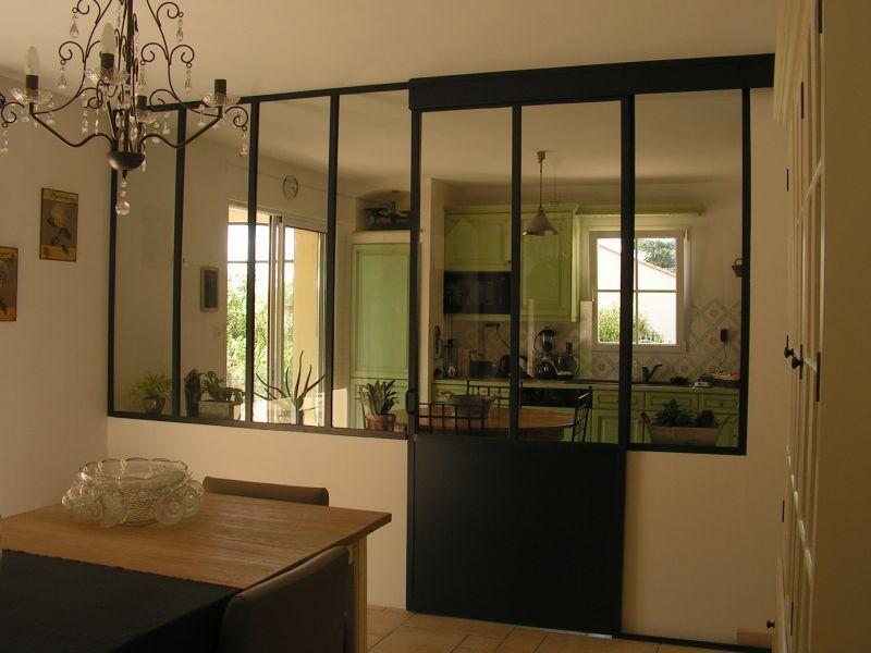 cuisine dans maison neuve cloisons transparent et verri re. Black Bedroom Furniture Sets. Home Design Ideas