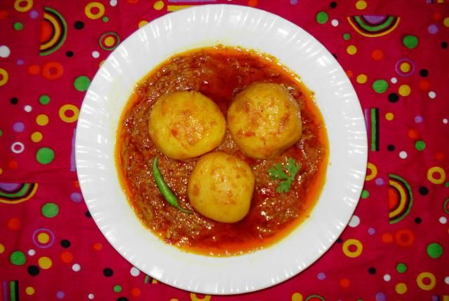 A typical Kashmiri recipe, Dum Aaloo is cooked under Dum or pressure. In this cooking method, the food is cooked under pressure in its own juices.