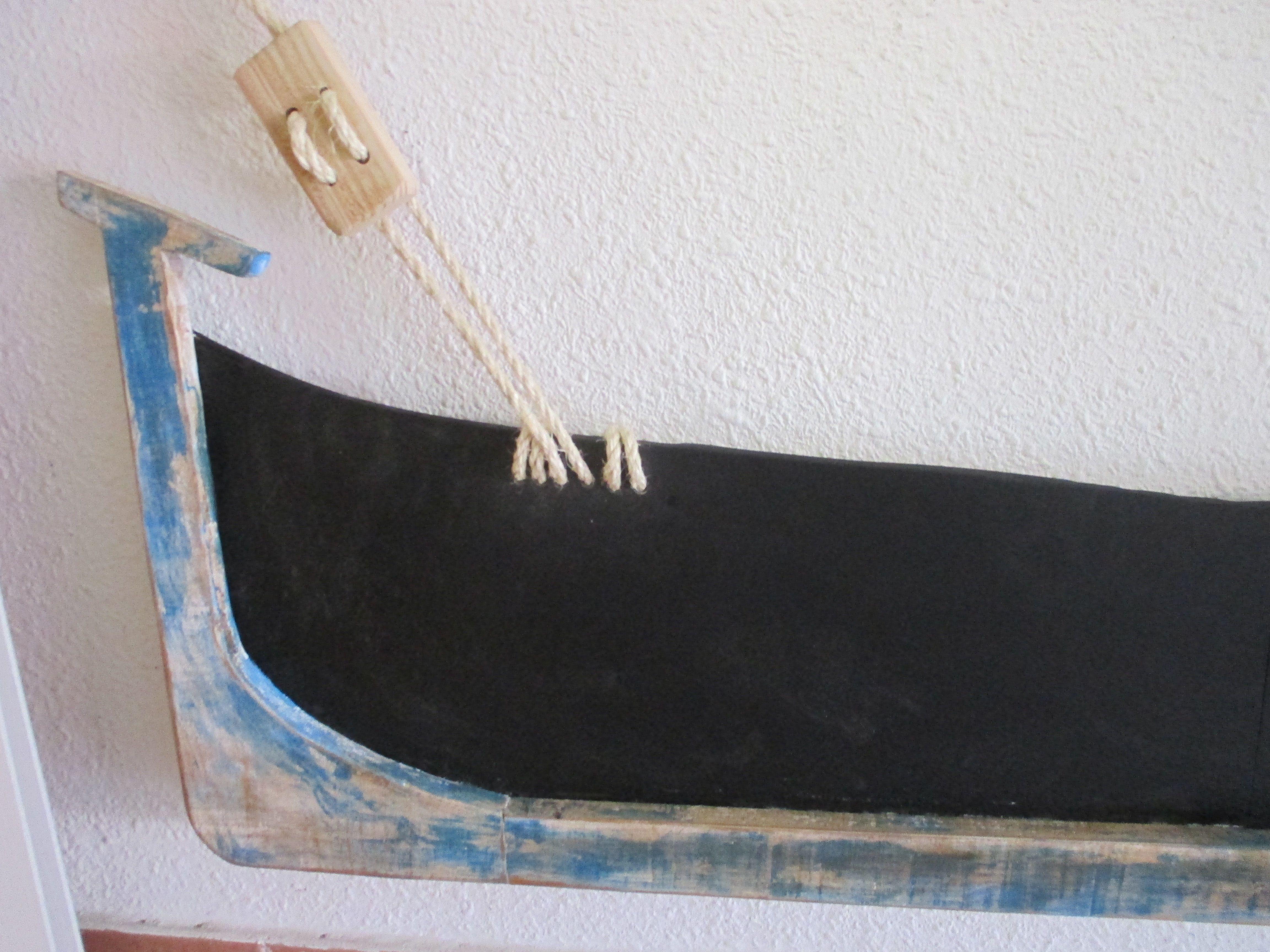 Pizarra marinera de chalana para colgar 120 x 45 cm.Decapada en madera de 2 cm color azul marinero y blanco . Colgada con sogas de la pizarra Ideal para promoción de productos y especialidades del mar para hostelería. Decoración marinera. Visitanos en pizarrasdetiza.bl...Detalle proa