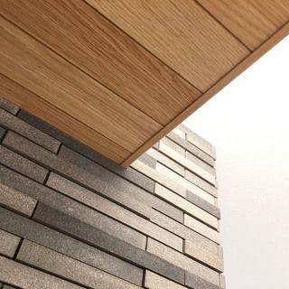 キッチンのアクセントウォールと下がり天井 木と石が出会うポイント