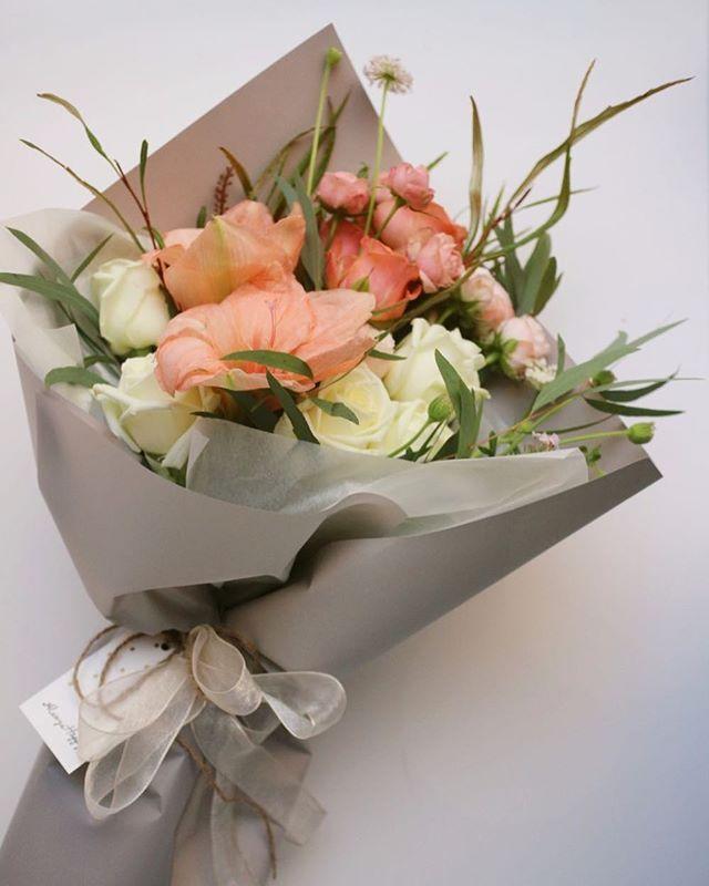 Contact Kakao ID 리지데이✨ . . . 개인적으로 핑크보다 좋아하는 피치컬러,  그래서 이름은 피치슬러쉬🍸💭• _  #liziday #flowers #flowerstagram #daily #gift #beautiful #handtied  #instaflower #리지데이 #꽃스타그램 #기념일 #꽃배달 #꽃선물 #꽃 #사당역꽃집 #서울꽃집 #이수역꽃집 #이수역 #사당역 #졸업식 #화이트데이 #발렌타인데이 #피치슬러쉬 #남자친구 #해외꽃주문