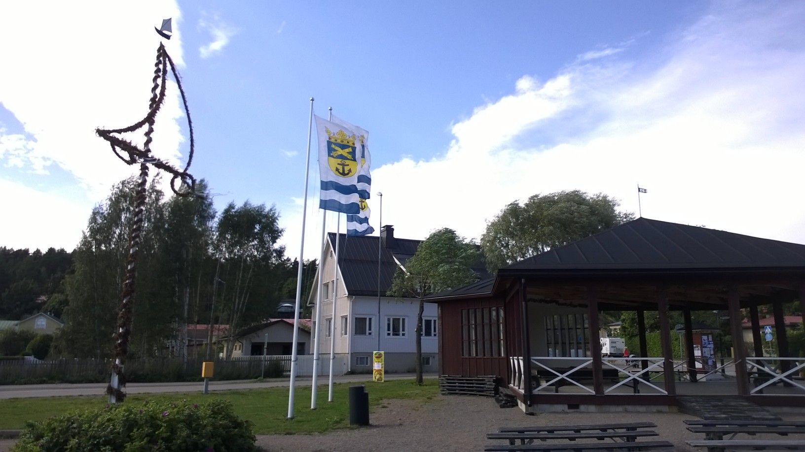Asiakastapaamisen saavutuksista on hyvä keskustella yhteistyökumppanin kanssa Loviisan satamassa.