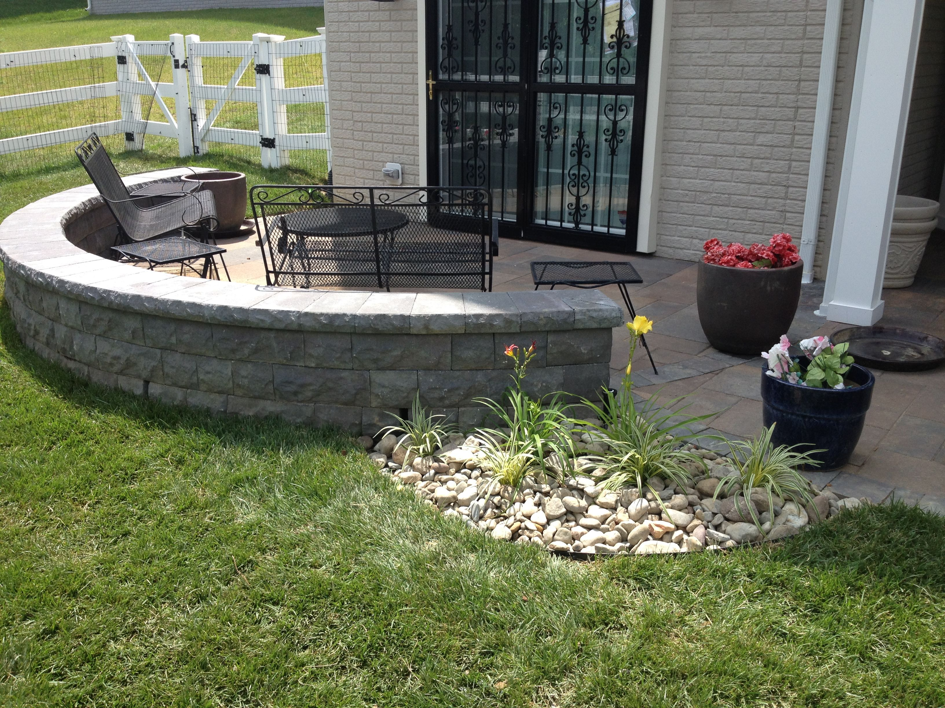 Patio And Seat Wall Bowie Md Backyard Entertainment Area Patio Using Grana Slab In Bella Blend With A Lafit Paver In Backyard Backyard Entertaining Patio