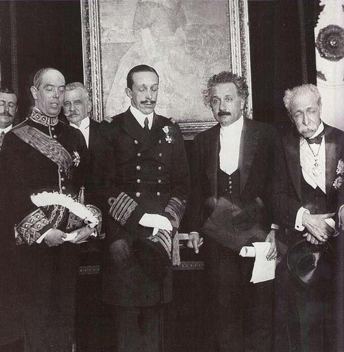 Resultado de imagen para Foto la Real Academia de Ciencias de Madrid, Alfonso XIII entrega el título de académico al físico alemán Albert Einstein.