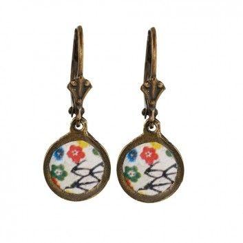 """Die filigranen Ohrhänger mit hübschen """"Flowers & Birds"""" Motiv sind von dem französischen Label Rock around my neck gefertigt."""