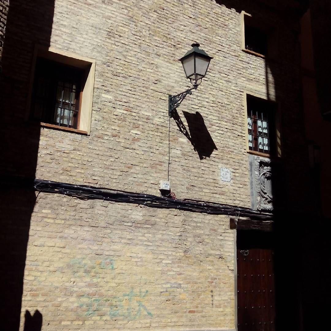 Si paseais por la calle de Temple, encontrareis a mano derecha la calle del Olmo, en la que se encuentra el descuidado ábside de la iglesia de Santa Isabel de Portugal, cuya fachada principal da a la plaza del Justicia.