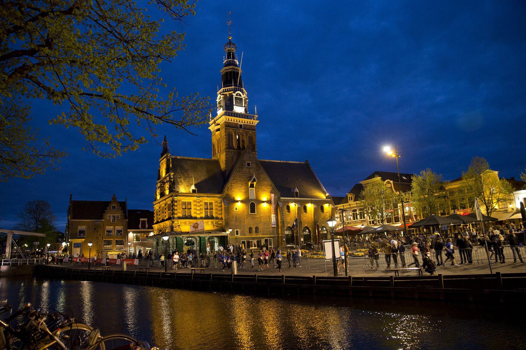 Afbeelding van http://www.runnersfoto.nl/wp/wp-content/uploads/2013/05/Alkmaar-City-Run-by-Night-1.jpg.