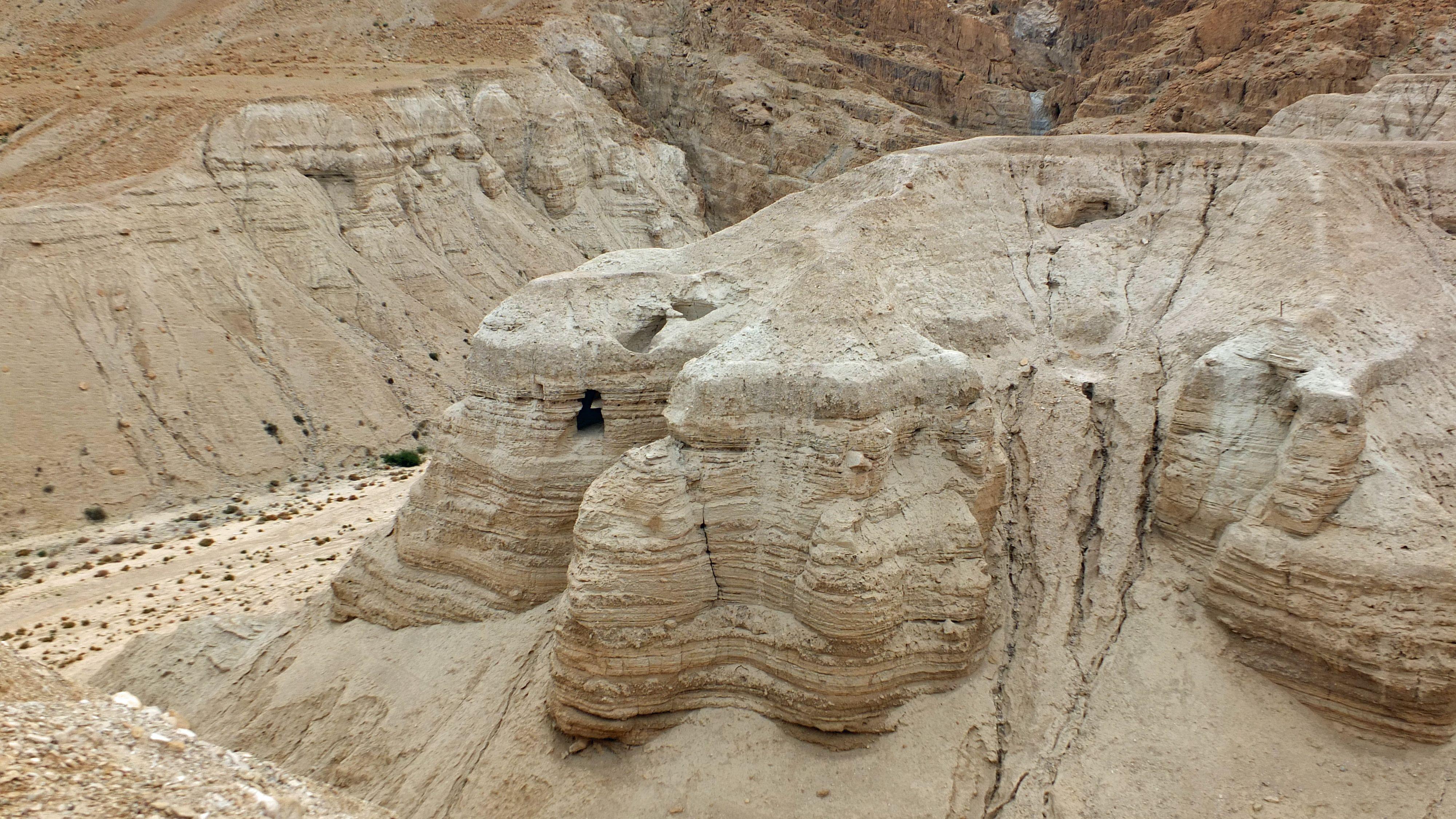 Qumran am Toten Meer  und seine Schriftrollen  An der nord-westlichen Ecke des Toten Meers liegt der National Park Qumran. 1947 suchte ein Beduinen-Junge nach seinen verschollenen Ziegen und warf Steinchen in die Höhlen um sie heraus zu jagen. Er hörte ein schepperndes Geräusch und fand vier Tonkrüge mit 7 etwa 2000 Jahre alten Schriftrollen.  Die Entdeckung der Schriftrollen vom Toten Meer!  Schon einmal Qumran besucht?