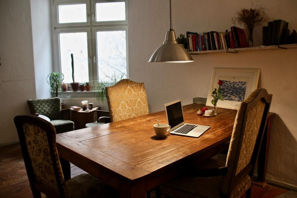 holztisch esszimmer, schöner essbereich in der küche mit holztisch und vintage-stühlen, Design ideen