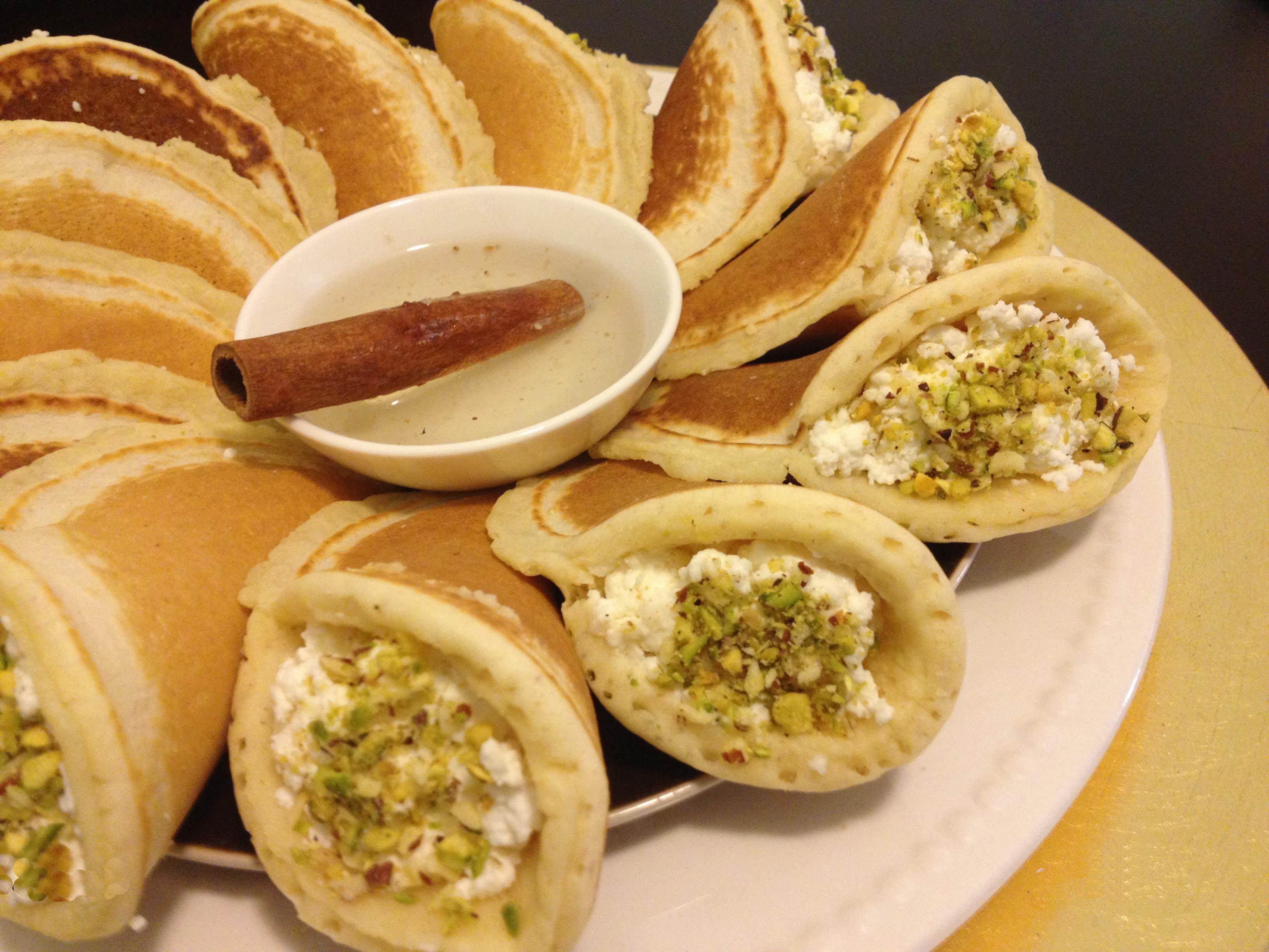 القطايف هي حلوى عربية معروفة في بلاد الشام ومصر و تونس ولها شعبية خاصة في شهر رمضان حيث يكثر تناولها بعد الإفطار وخلال وجبة الإفطار عند البعض وقبل وجبة الإفطا