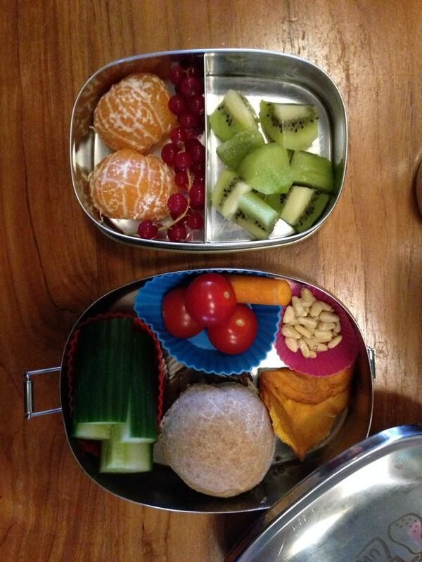 Vandaag #meenaarschool ren door Lana zelf gebakken broodje met rauwkost erbij en fruit
