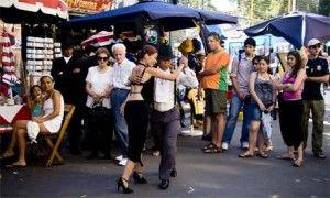 En el tango uruguayano, el torso del bailarín mueve primero - en otros estilos del tango, los tobillos o rodillas mueven primero.