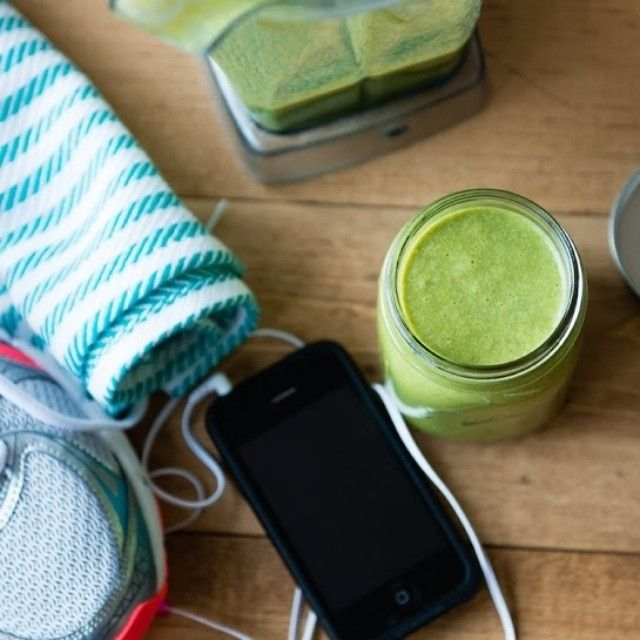 """Do you plan on working out or movin' your body today? Here's a #greensmoothie recipe to drink before you do!  PRE-WORKOUT GREEN SMOOTHIE 