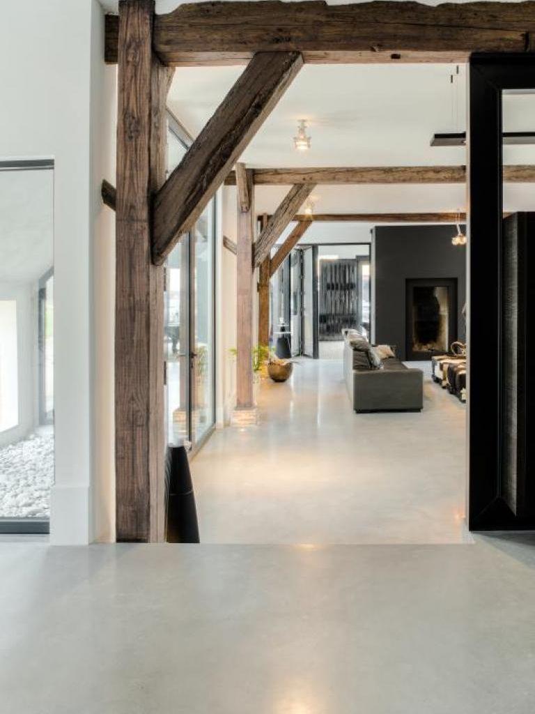 Sfeerbeeld. Mooie vloer, combinatie houten balken met strak interieur