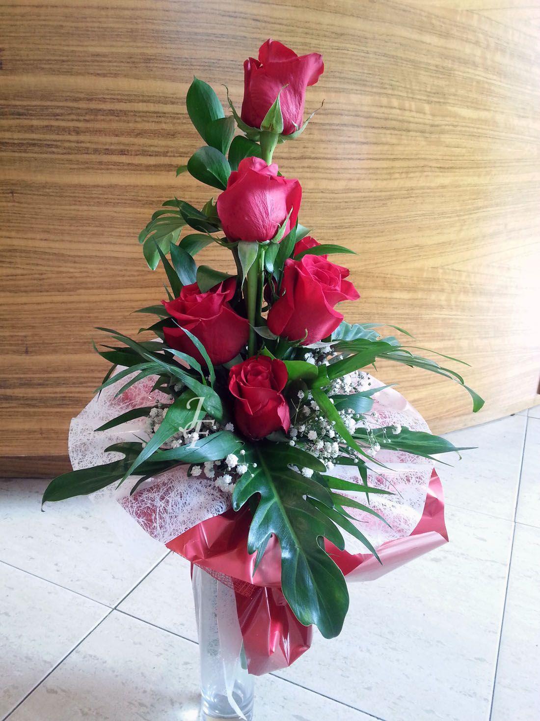 ramo piramidal rosas rojas