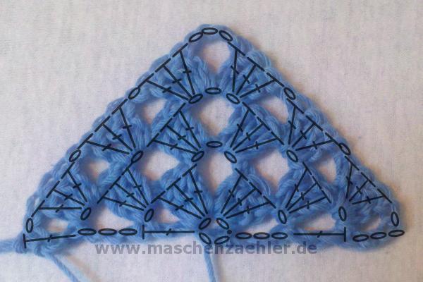 Die ersten Reihen eines Half-Granny-Tuchs gehäkelt - mit Häkelschrift #ponchoscrochet
