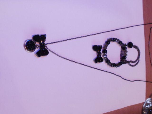 lange ketting met roosje en strikje samen met bijbehorende armbanden