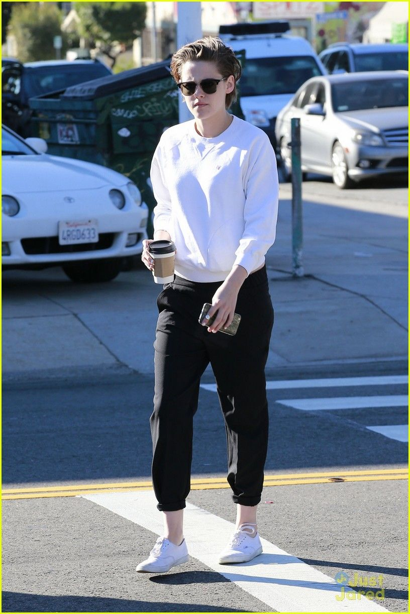 Kristen Stewart keeps it comfy in her sweats while stepping out for some coffee with Alicia Cargile on Friday morning (January 23) in Los Angeles.