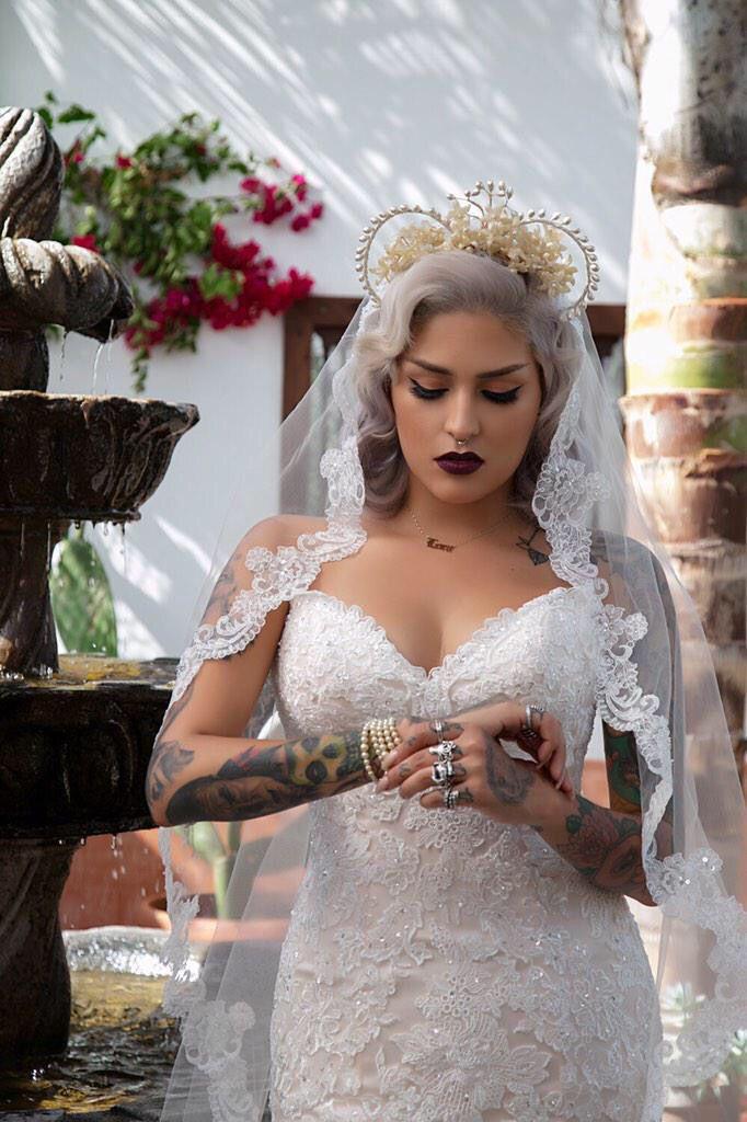 ¡Me encanta todo sobre el look del vestido de novia de Lora Arellano!  Tan excéntrico y único …  – Boda