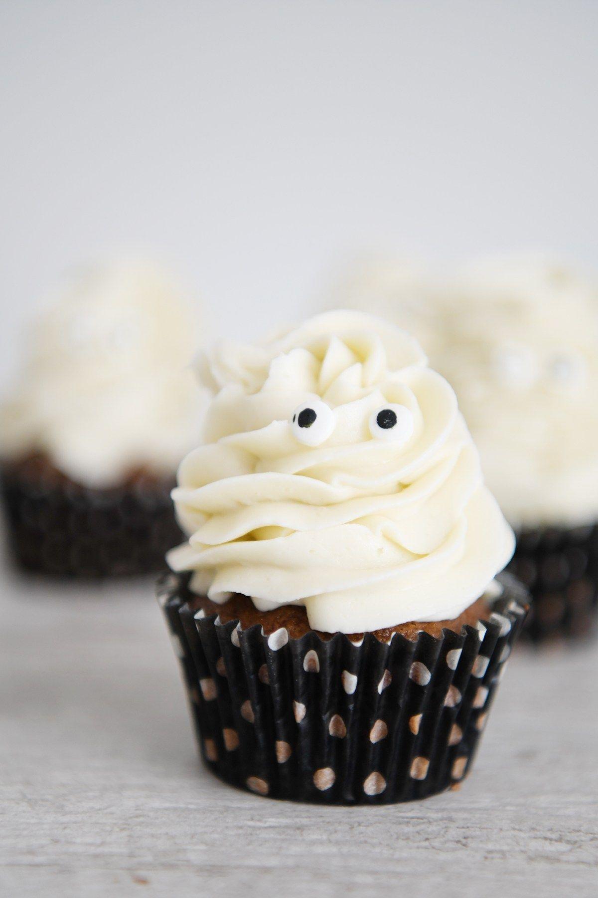 Easy kid friendly Halloween treats : Ghost Cupcakes | Fun ...